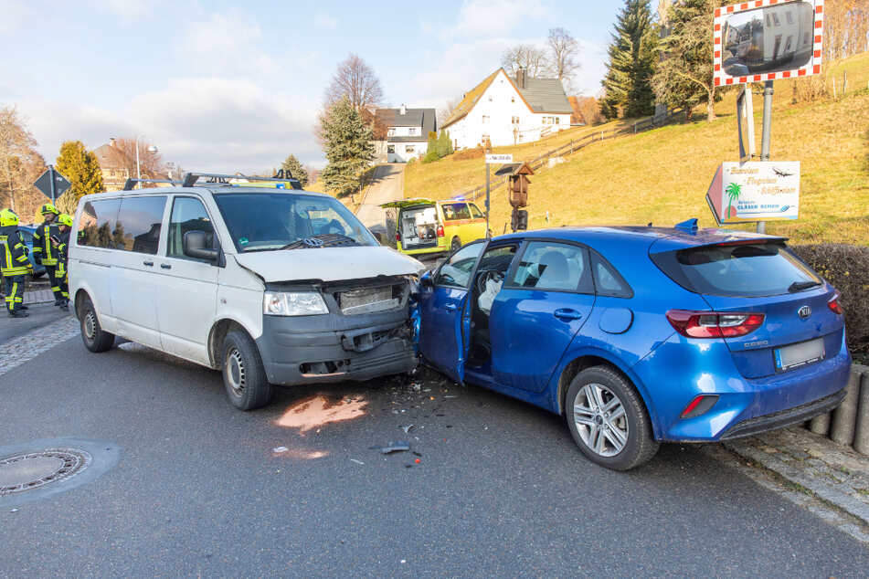 Frontalcrash im Erzgebirge: Zwei Schwerverletzte, darunter schwangere Frau