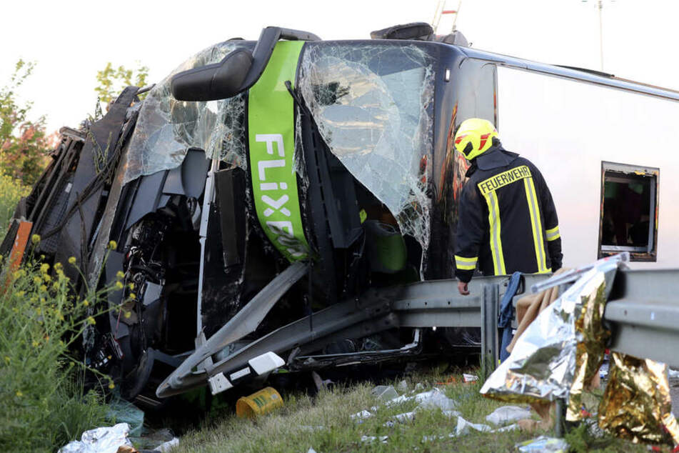 Von den 75 Fahrgästen des verunglückten Busses wurden 63 leicht, acht Menschen schwer verletzt. Eine Insassin starb. (Archiv)
