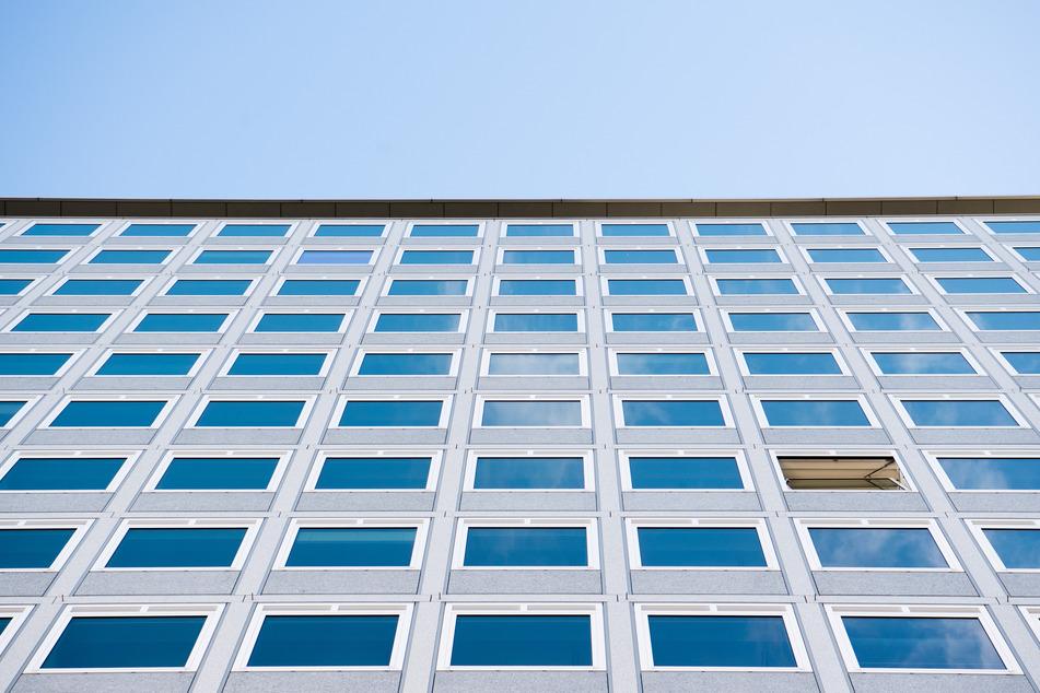 Ein Fenster an einem Gebäude steht zum Lüften auf kipp. Eines der einfachsten Mittel zum Schutz gegen Corona: Ab an die frische Luft. Dort wirbelt - vereinfach gesagt - der Wind die Viren davon. Das heißt aber auch: Spätestens im Herbst, wenn wir wieder mehr drinnen sind und Fenster geschlossen bleiben, steigt das Ansteckungsrisiko.
