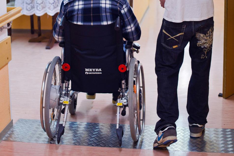 Körperliche Aktivitäten von Pflegeheimbewohnern sind wegen der coronabedingten Kontaktbeschränkungen laut einer Studie der Universität Tübingen zu kurz gekommen.