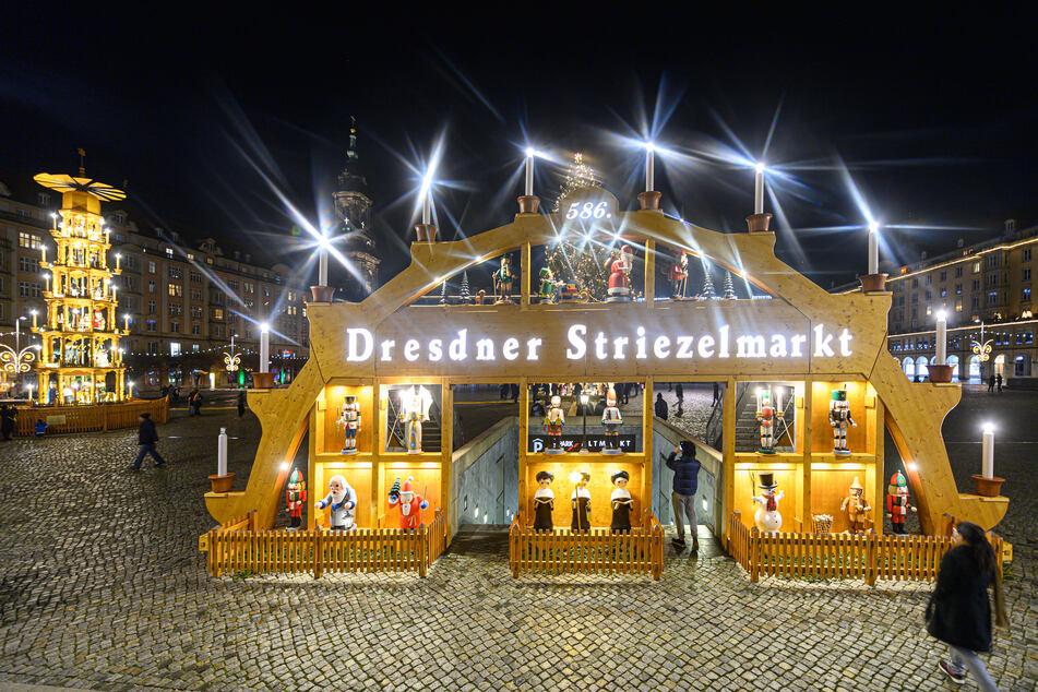Anstelle des Striezelmarktes sorgten im Dezember 2020 ein überdimensionaler Schwibbogen, eine Pyramide und ein Weihnachtsbaum auf dem Altmarkt in Dresden für weihnachtliche Stimmung. Aufgrund der Corona-Schutz-Verordnung konnten Weihnachtsmärkte vielerorts nicht stattfinden.