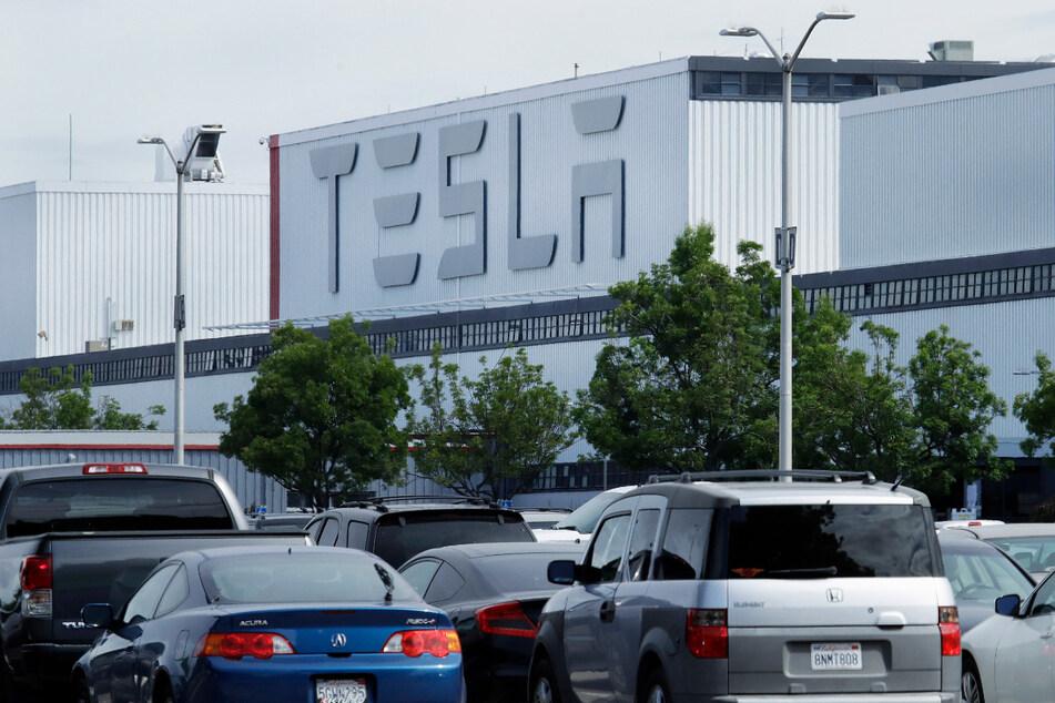 Fahrzeuge stehen auf dem Parkplatz des Autowerkes Tesla in Fremont in den USA.
