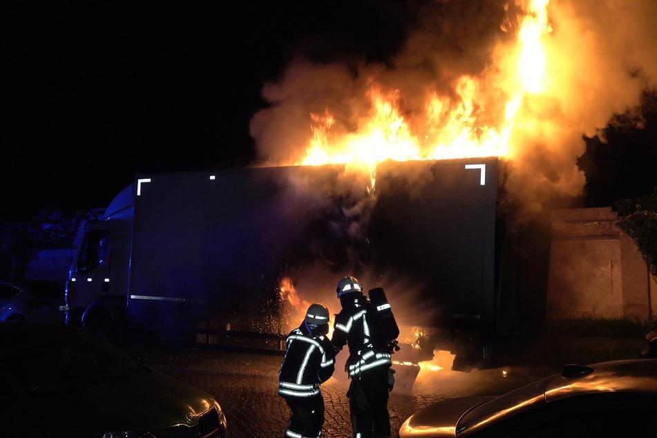 Kameraden der Feuerwehr löschen einen brennenden Lkw in Leipzig-Nord.