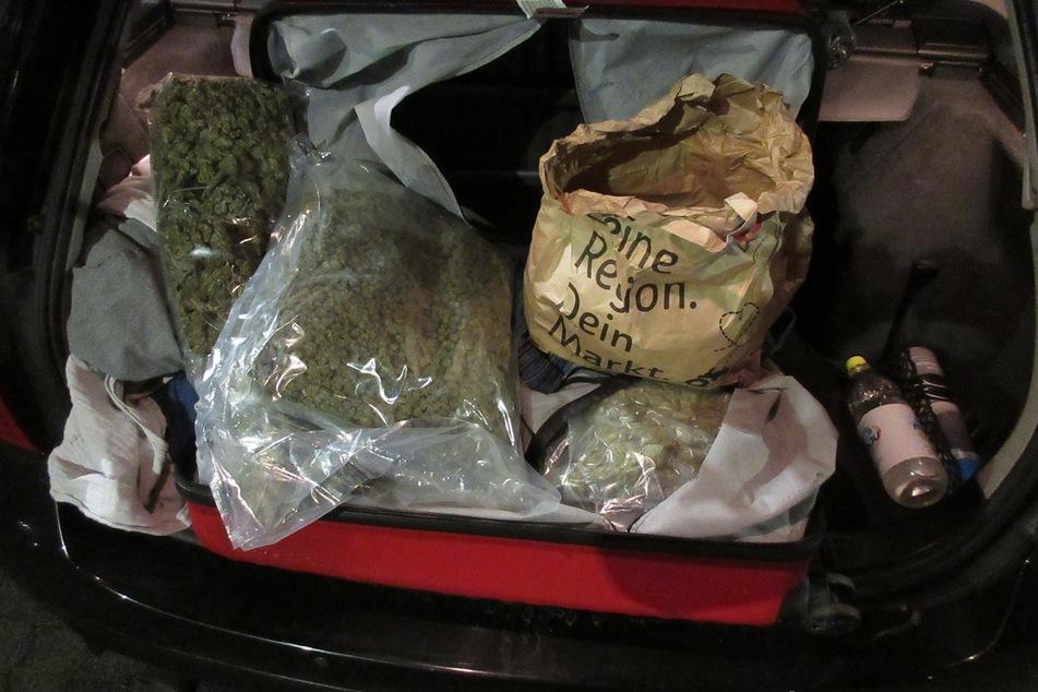 Im Kofferraum des Autos entdeckten die Ermittler über sieben Kilogramm Marihuana.