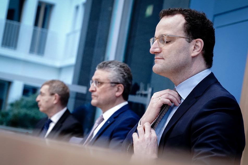 Jens Spahn (40, r, CDU), Bundesminister für Gesundheit, warnt vor zu hohen Erwartungen an den Impfgipfel am Montag.