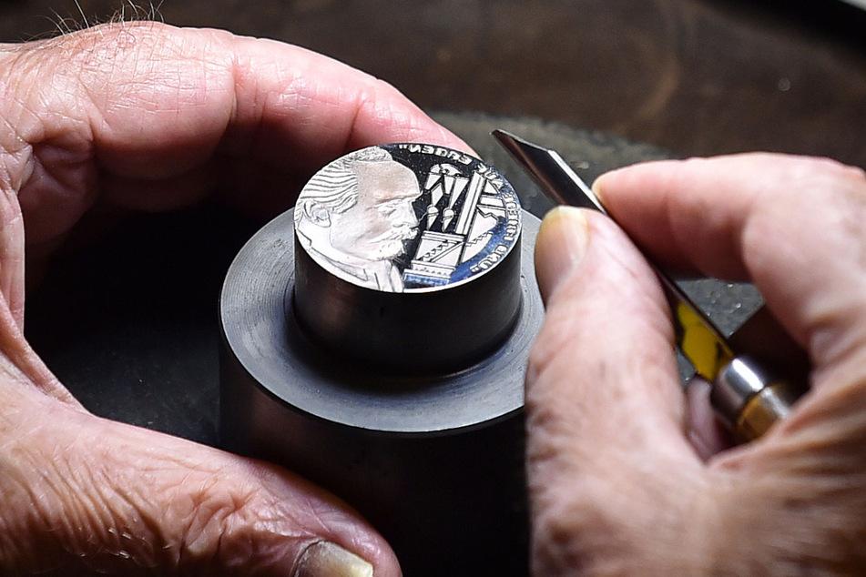 Feinste Handarbeit: Mit viel Fingerspitzengefühl entsteht der Prägestock.