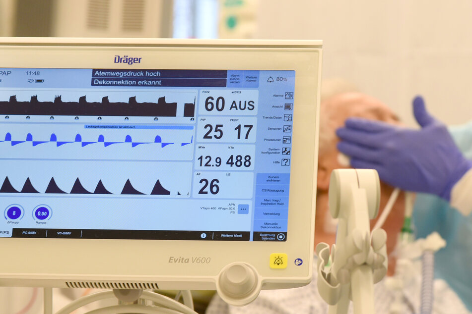 Ein Covid-Patient ist an einem Beatmungsgerät auf der Intensivstation vom Universitätsklinikum Leipzig angeschlossen.
