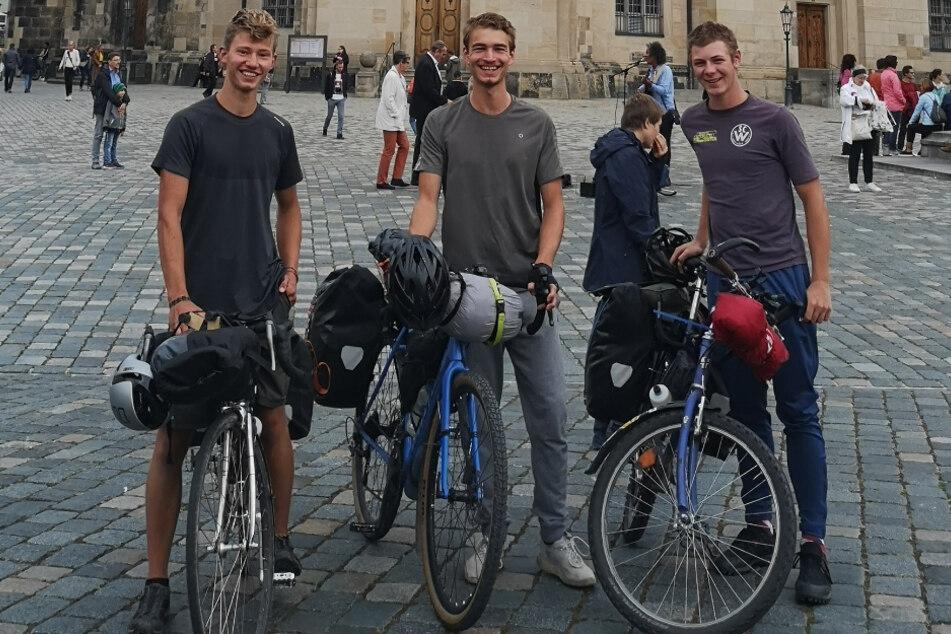 Das private Erinnerungsfoto zeigt die drei Kölner Abiturienten Anton (l.-r.), Lovis und Till vor der Dresdner Frauenkirche. Die 18-Jährigen machen seit August eine längere Fahrradtour durch Ostdeutschland und mehrere Länder Osteuropas.