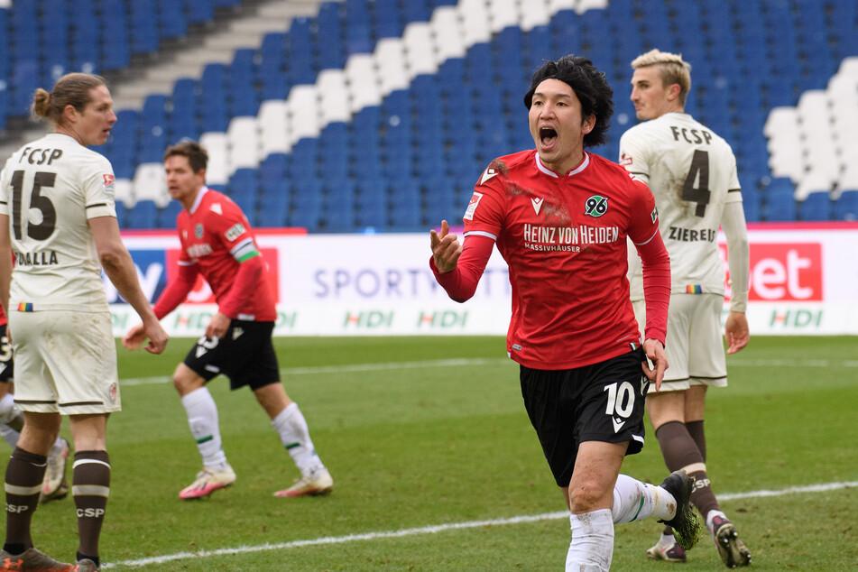 96-Mittelfeldstratege Genki Haraguchi (2.v.r.) jubelt nach seinem zweiten Tor gegen den FC St. Pauli.