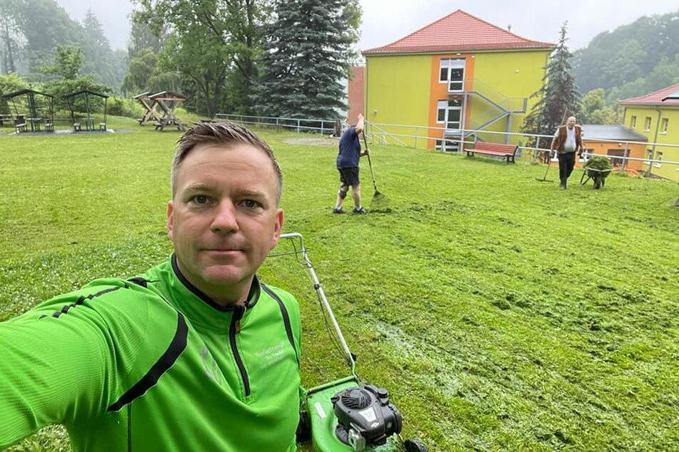 Weil's gemacht werden musste, mähte Bürgermeister Thomas Peters (40, CDU) den Rasen einfach selbst.