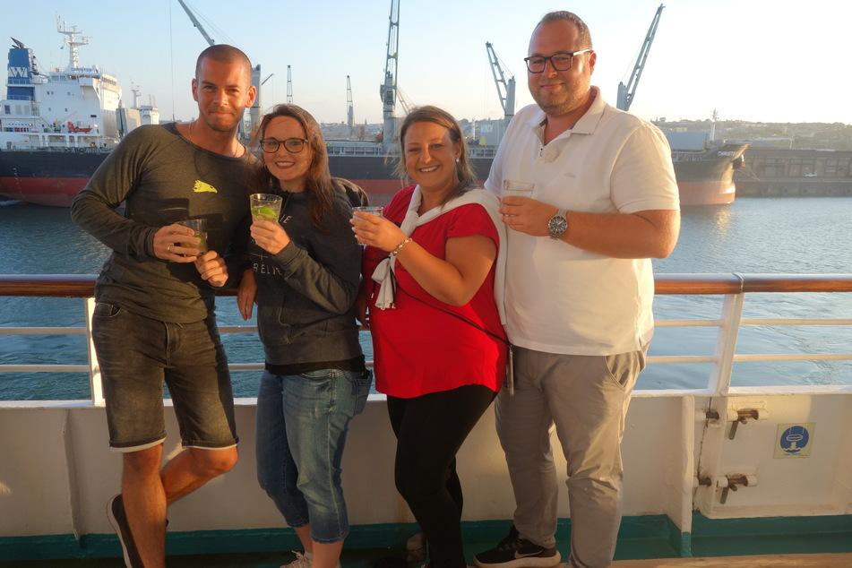 Die Passagiere Nico, Daniela, Erna und Christian lassen es sich nach einem aufregenden Tag an Board gut gehen.