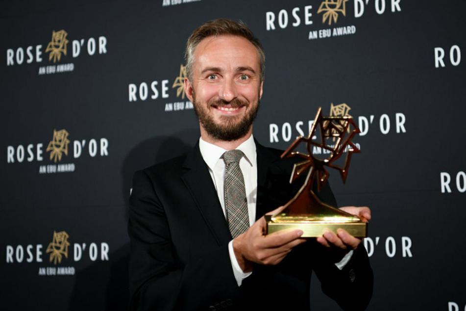 """Jan Böhmermann als """"Entertainer of the Year"""" bei der Verleihung des Fernsehpreises Rose d'Or 2018. (Foto: dpa)"""