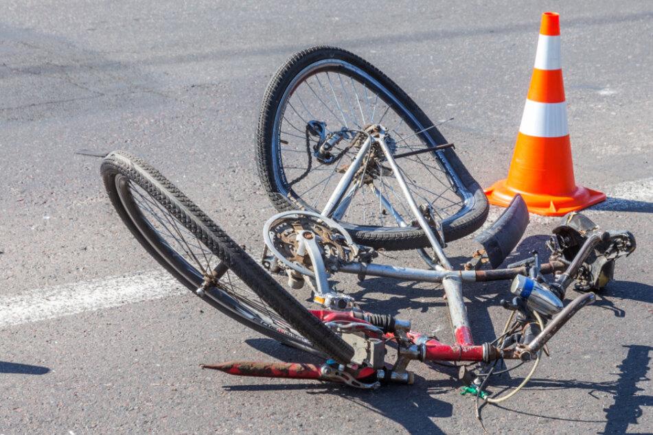 Radfahrer prallt mit Kopf gegen Blumenkübel: Lebensgefahr