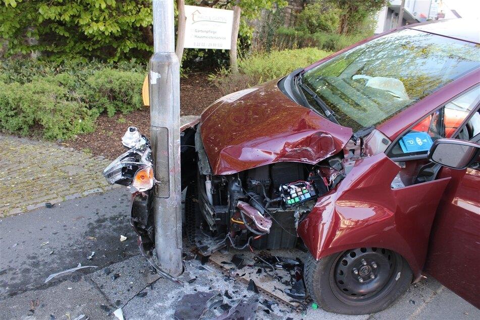 In Bergisch Gladbach geschah am Donnerstagmorgen ein mysteriöser Unfall: Der Wagen einer Frau (29) lenkte plötzlich nach rechts und krachte gegen einen Ampelmast.