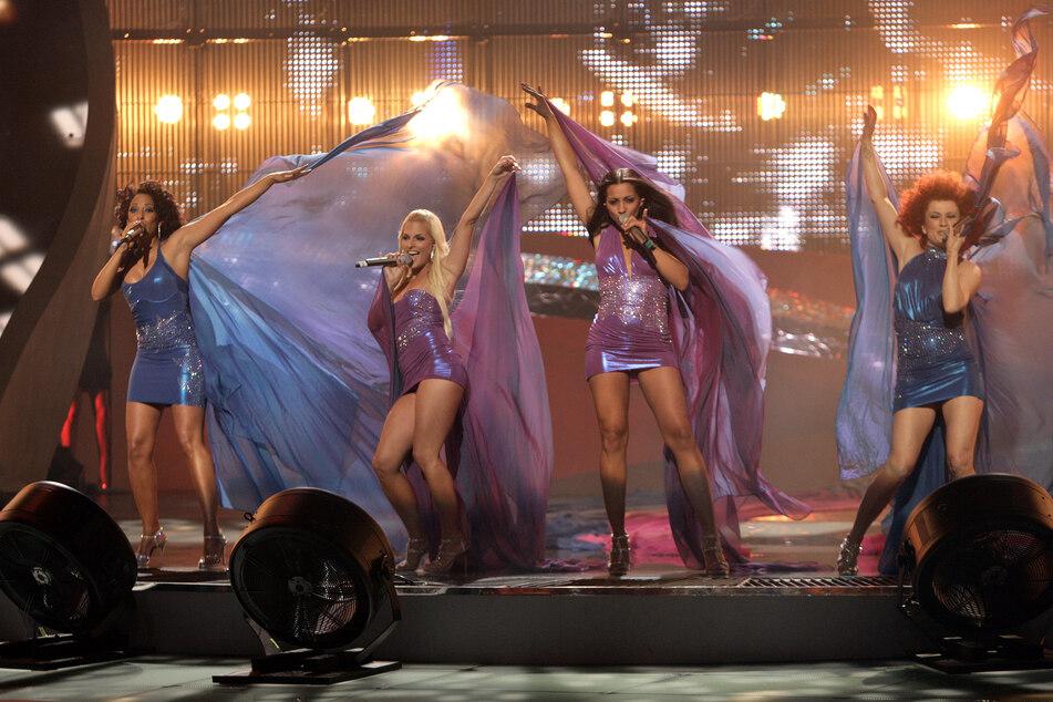 """Die Band """"No Angels"""", mit ihren damaligen Mitgliedern Nadja Benaissa (l-r), Sandy Mölling, Jessica Wahls und Lucy Diakowska steht bei ihrem Auftritt im ESC-Finale in der Arena."""