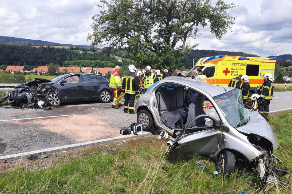 Kurz vor dem Ortseingang von Sebnitz stießen ein Nissan Micra und ein Opel Insignia frontal zusammen.