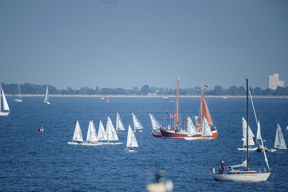 Segelboote der Klasse ILCA 4 warten während der Eröffnung der Kieler Woche 2021 auf der Ostsee vor dem Olympiastützpunkt Schilksee.