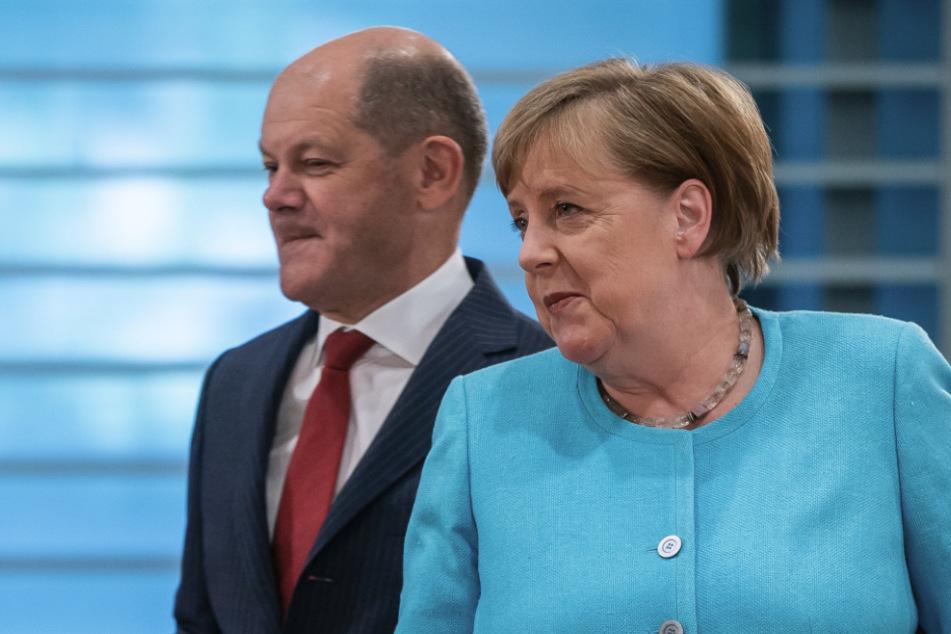 Bundeskanzlerin Angela Merkel (CDU), kommt neben Olaf Scholz, Vizekanzler, stellvertretender Vorsitzender der SPD und Bundesminister der Finanzen, zur Sitzung des Bundeskabinetts im Kanzleramt.