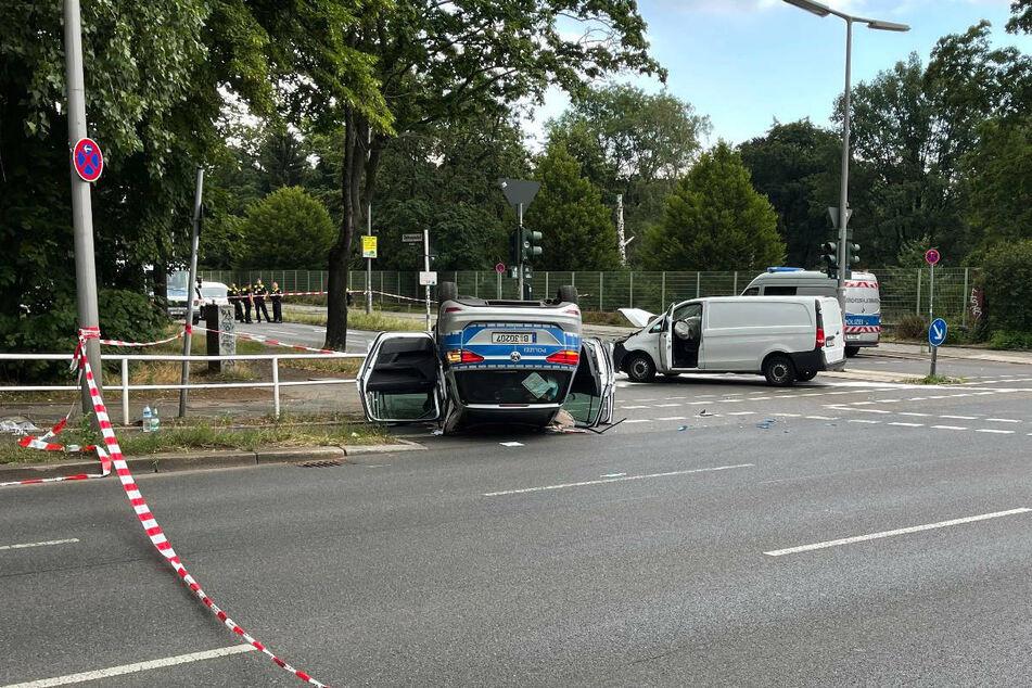 Das Polizeiauto ist mit einem weißen Mercedes-Transporter zusammengekracht.