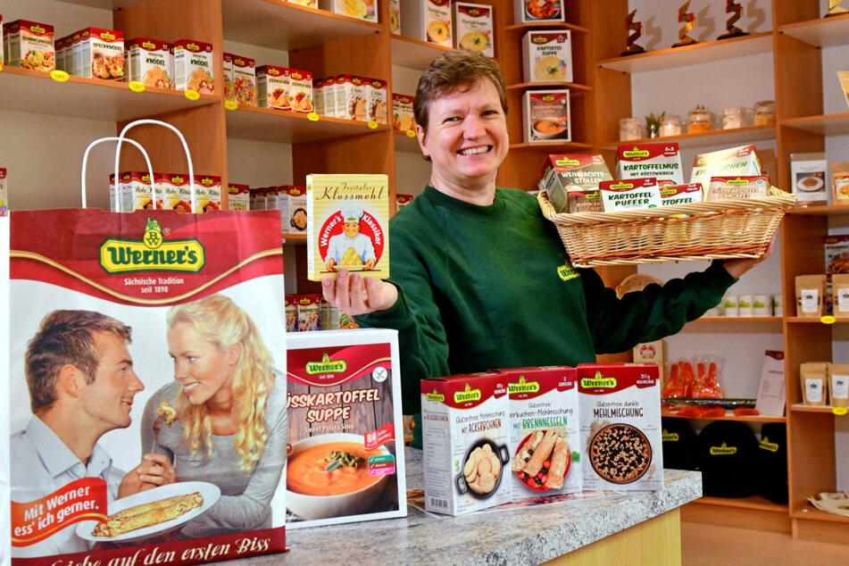 Angela Gockel (55) leitet den Shop bei Werner. Kloßmehl in der Retroverpackung ist bei ihr ein Verkaufsschlager.