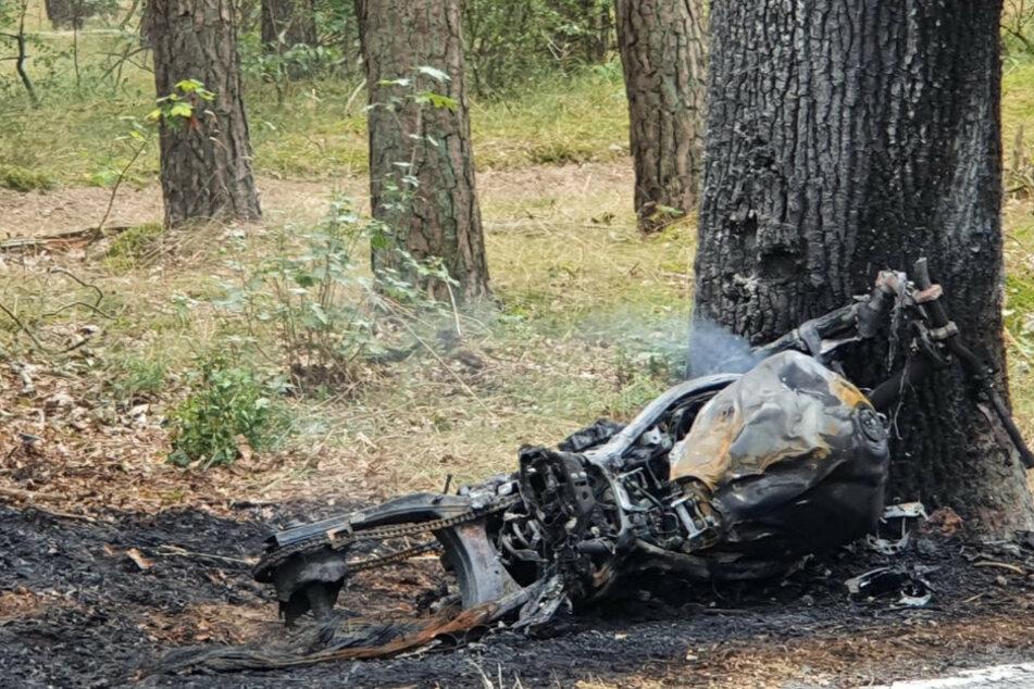 Das Motorrad und der Baum fingen Feuer.