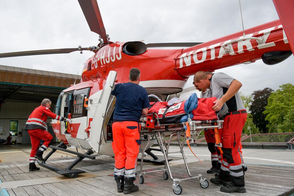 Mit einem Rettungshubschrauber konnte der Mann schnell in eine Klinik gebracht werden. (Symbolbild)