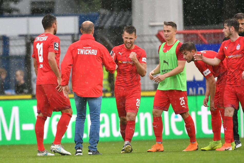 Da war die Welt zwischen beiden noch in Ordnung: Nils Miatke (3.v.l.) jubelt zusammen mit Joe Enochs nach dem 2019er-Sieg in Meppen.