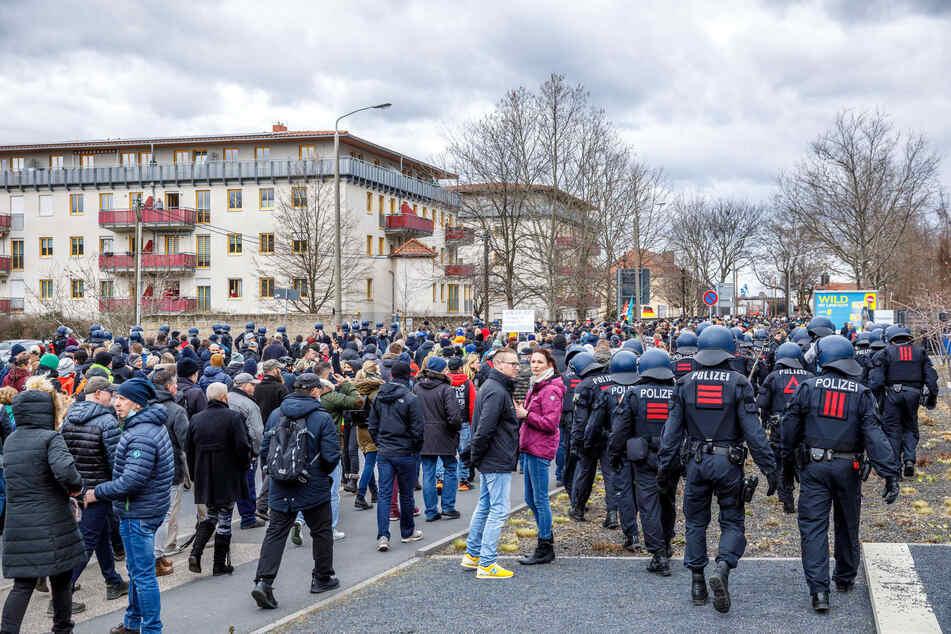"""Am 13. März demonstrierten Hunderte """"Querdenker"""" in Dresden, wie hier auf der Magdeburger Straße zu sehen ist. Solche Szenen sollen vermieden werden. (Archivbild)"""