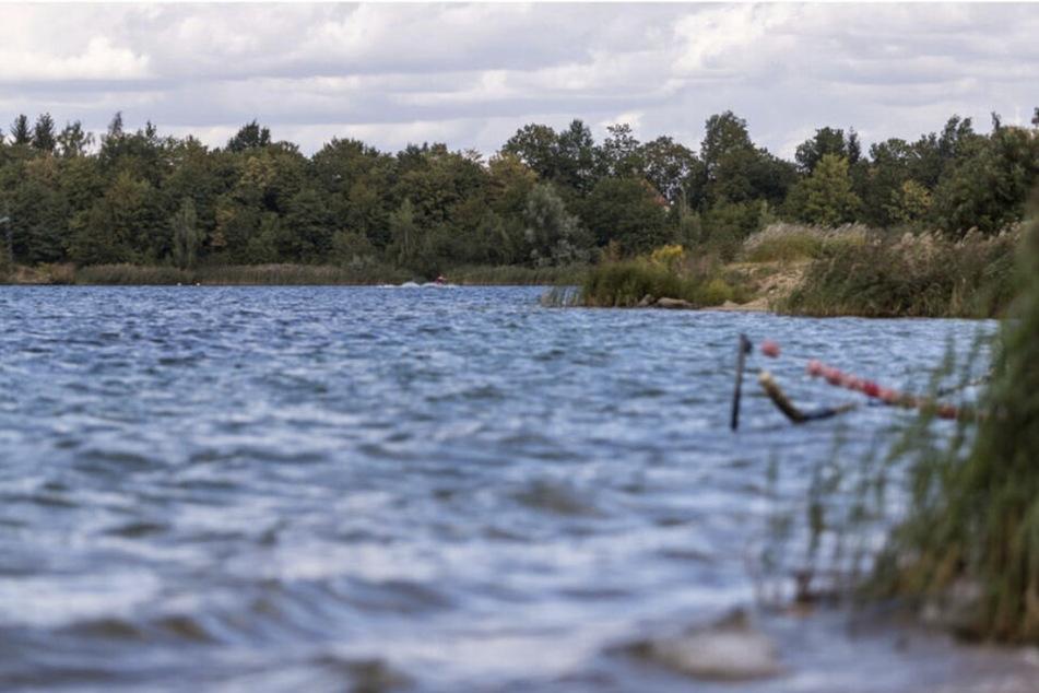 Die Feuerwehr barg den Körper aus dem Uferbereich des Kulkwitzer Sees. (Archiv)