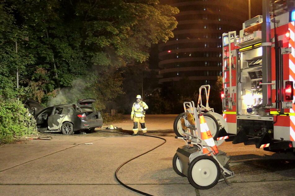 Das Auto erlitt einen erheblichen Schaden. Der Brand musste durch die Feuerwehr gelöscht werden.