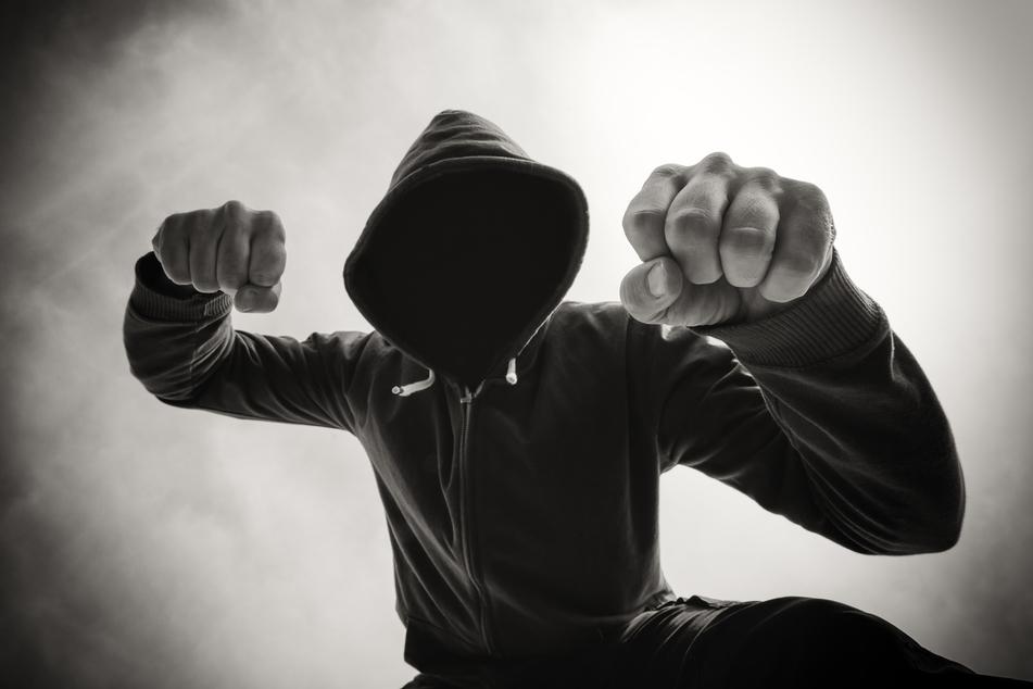 Ein 25-Jähriger wurde am Dienstagabend von einem bisher unbekannten geschlagen (Symbolbild).