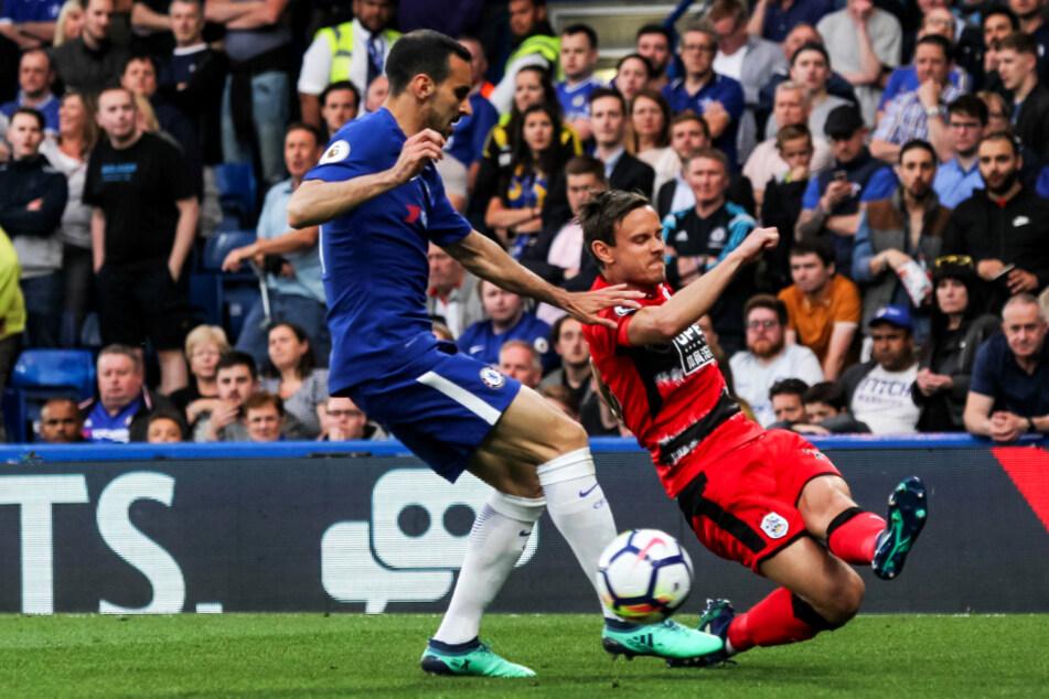 Mit Huddersfield stieg Chris Löwe (r., gegen Chelseas Davide Zappacosta) in die Premier League auf, vor einem Jahr aber wieder ab.