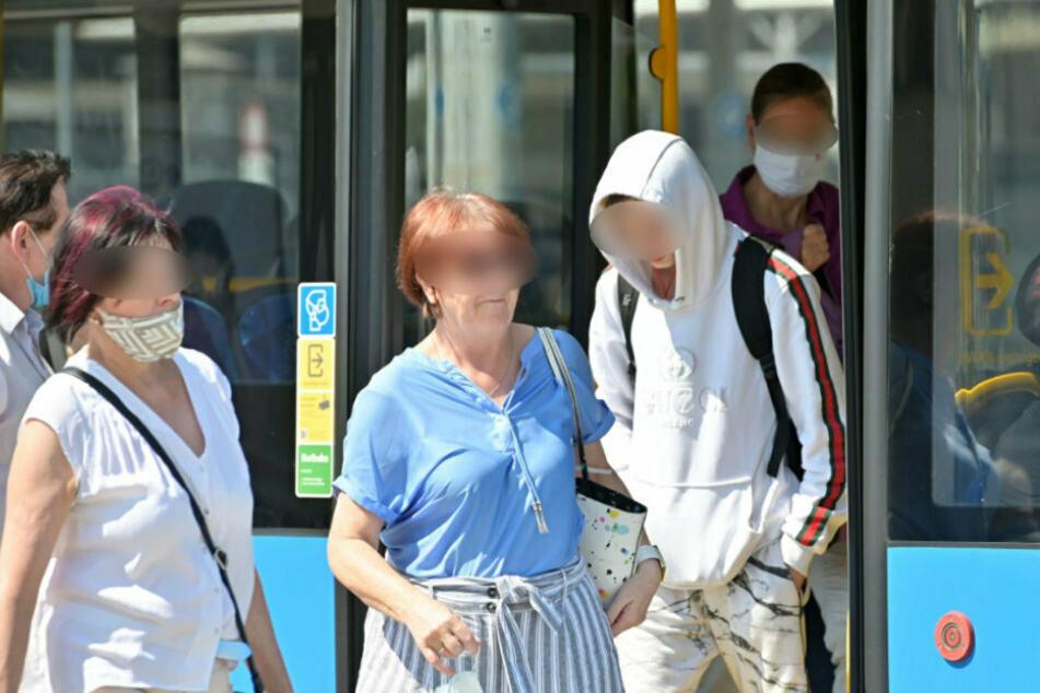Wer in Bussen und Bahnen ohne Maske fährt, muss ab heute 60 Euro blechen!