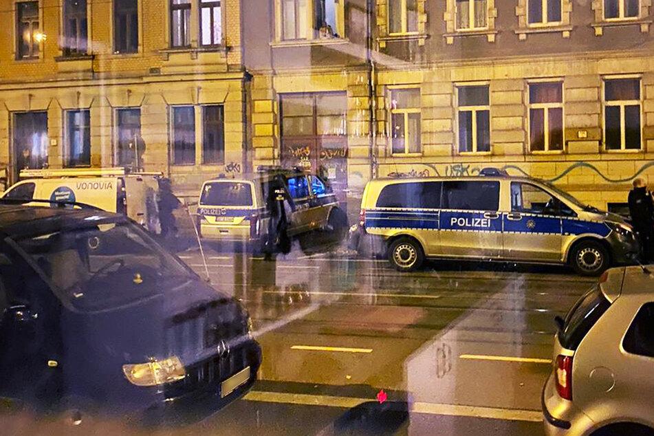 Polizisten schauten den sich einen Vonovia-Transporter ganz genau an. Das Fahrzeug sollte kurz zuvor angezündet werden.