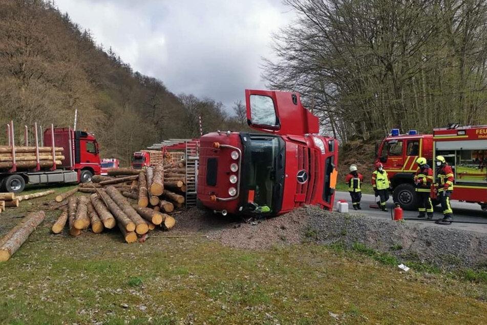 In Ilfeld im Landkreis Nordhausen ist am Montagmorgen ein Holzlaster umgekippt. (Symbolbild)
