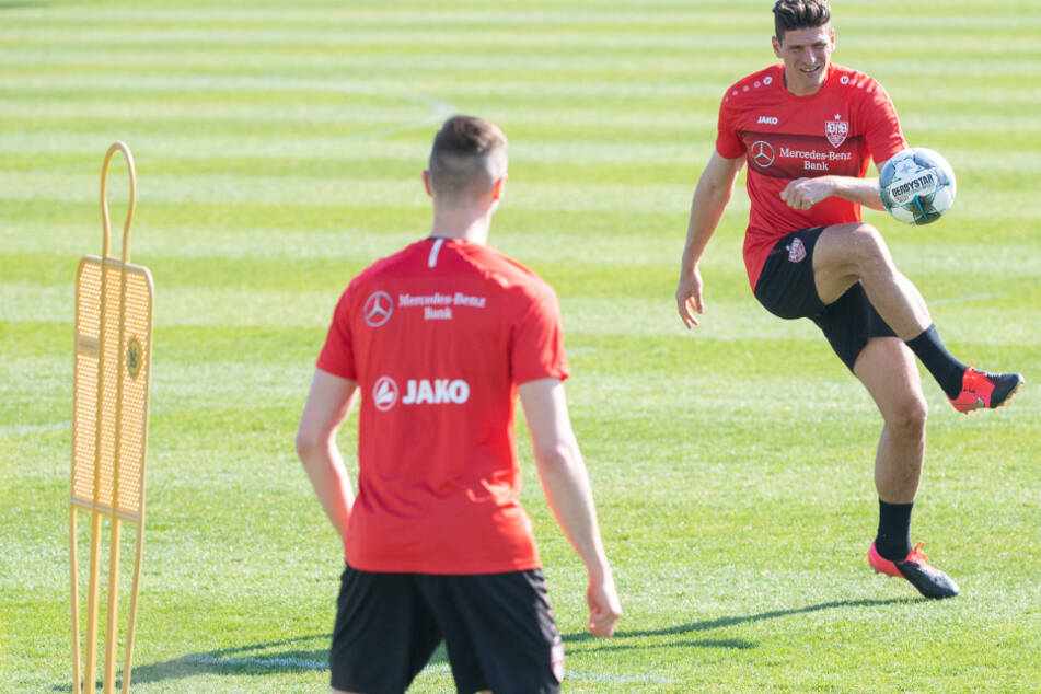 Beim Training mit Star Mario Gomez (r.): Sasa Kalajdzic (22).