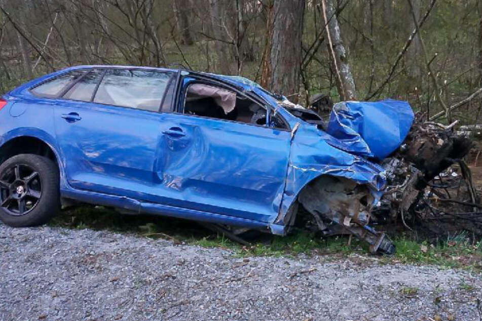 Das Auto ist nach dem Unfall ein Wrack.