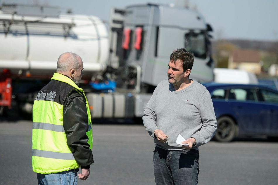 Bernd Treffkorn von der Fernfahrer Nothilfe Sachsen, spricht mit Daniel Knobloch, dem Betreiber der Aral Tankstelle in Kodersdorf.