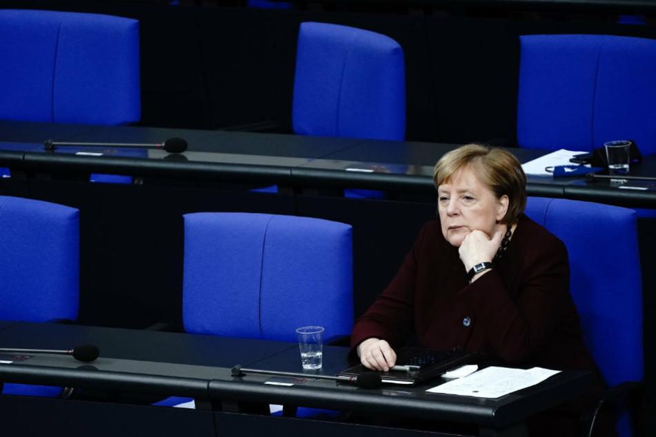 Bundeskanzlerin Angela Merkel (66, CDU) nimmt an der Sitzung des Bundestags teil.