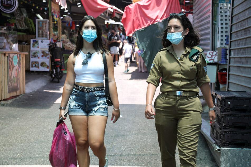 Nach einem starken Anstieg der Corona-Infektionen hat die israelische Regierung in der Nacht zum Freitag eine Reihe von Schutzmaßnahmen wieder eingeführt.