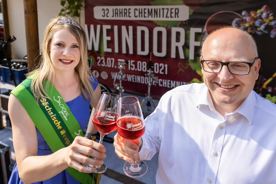 OB Sven Schulze (49, SPD) und Weinprinzessin Ann-Kathrin Schatzl (30) eröffneten gestern das Weindorf.