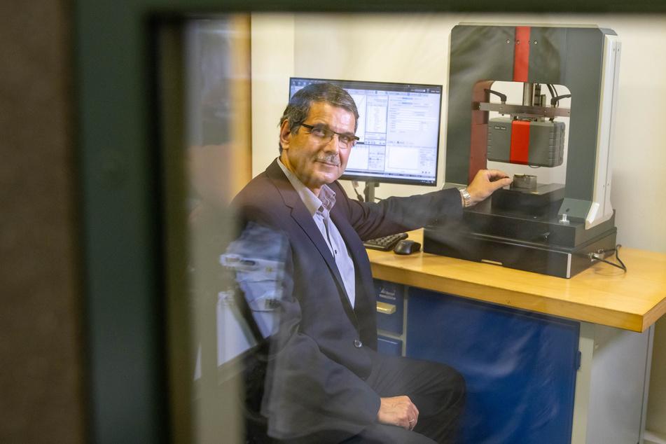 Dr. Thomas Chudoba (61) an einem Messgerät seiner Firma ASMEC, die 2003 an den Start ging.