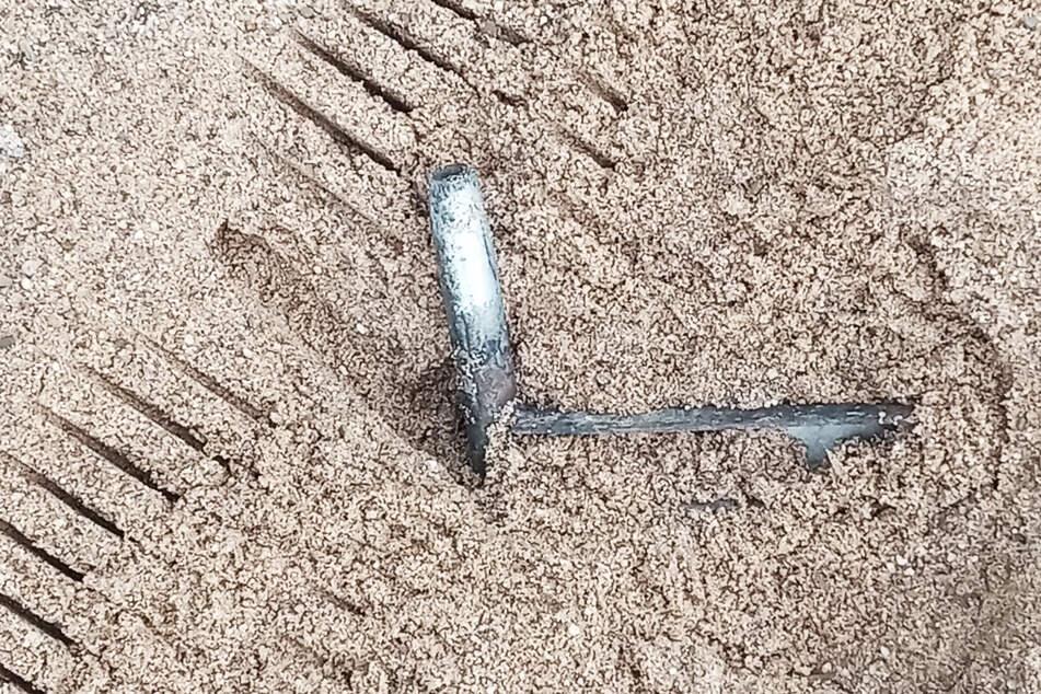 Diesen Metallgegenstand fanden Kinder beim zweiten Vorfall im Sandkasten.