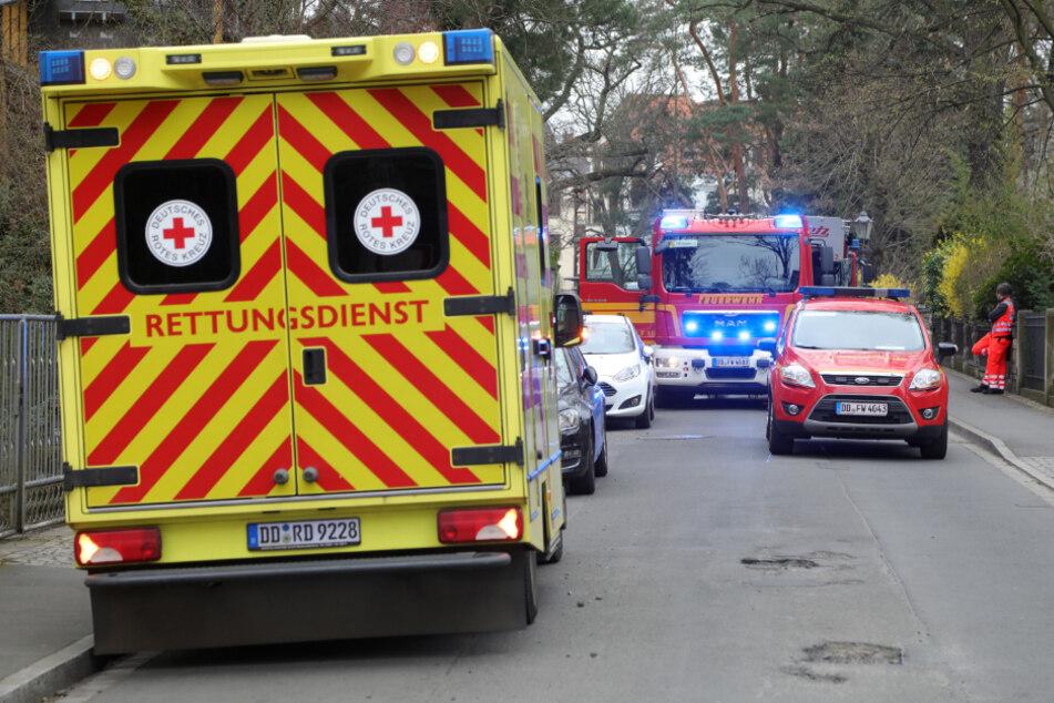 Rettungssanitäter kümmerten sich um den verletzten Mann und brachten ihn in eine Klinik. (Archivbild)