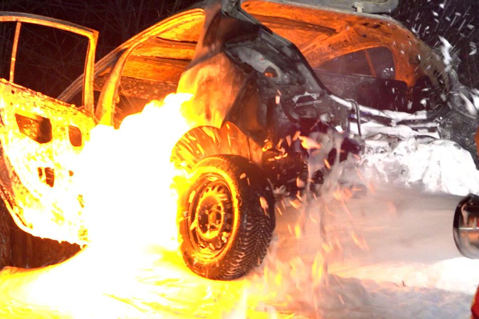 Auto steht lichterloh in Flammen: Fahrer tot und weit vom Unfallort entfernt gefunden