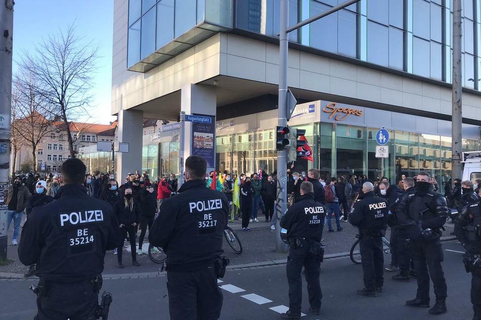 Gegenproteste sind vom Rande der Veranstaltung zu vernehmen.