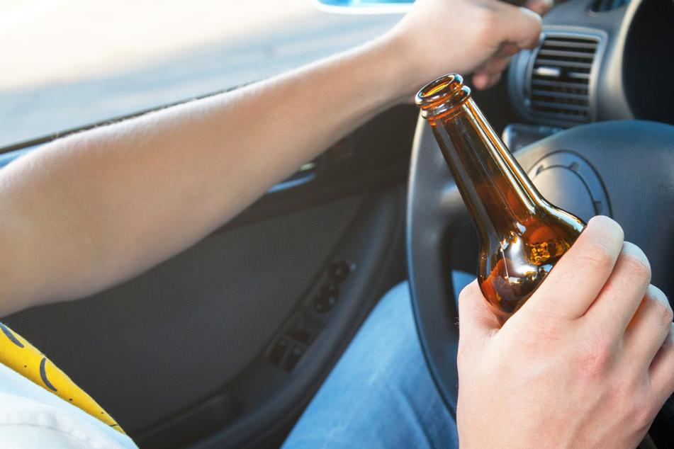 Betrunkener Autofahrer will Pannendienst rufen, es kommt jedoch jemand ganz anderes