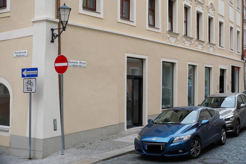 """Das - geplante - Ladengeschäft von Chris Ares mitten im Herzen der Bautzener Altstadt. Wenige Häuser weiter auf der Schülerstraße befindet sich das Büro der Partei """"Die Linke""""."""
