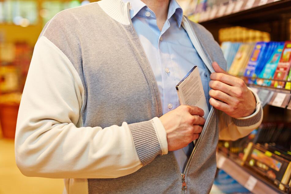 Dieb will Ladendetektiv beißen und muss ins Gefängnis