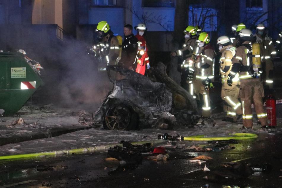 Rettungskräfte begutachten die Unfallstelle.